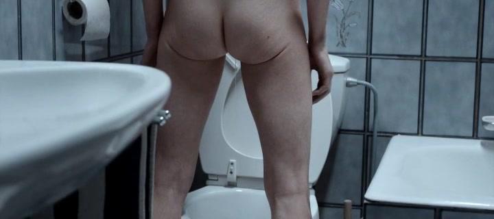 Девка ссыт стоя в туалете