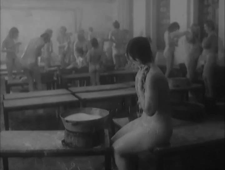 Фильм как юноша купается в бане с взрослыми женщинами